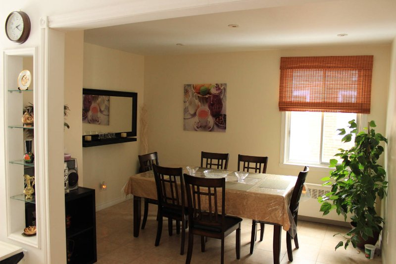 The Place to Stay!  Bright Upper duplex apartment., holiday rental in Cote Saint-Luc