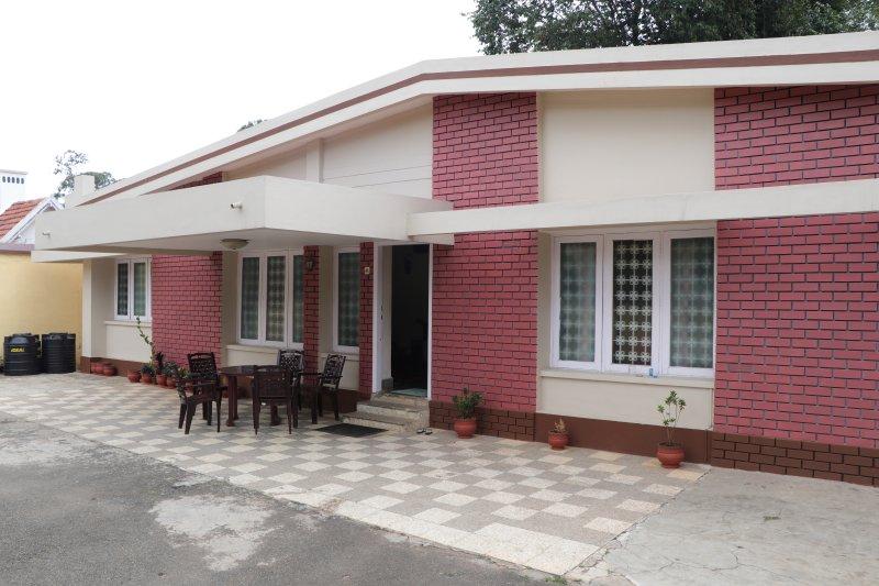 SUPERIOR FAMILEY ROOM, holiday rental in Coonoor