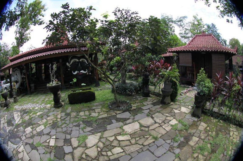 Bungalow 2 of Omah Garengpoeng Guest House, holiday rental in Kaliurang