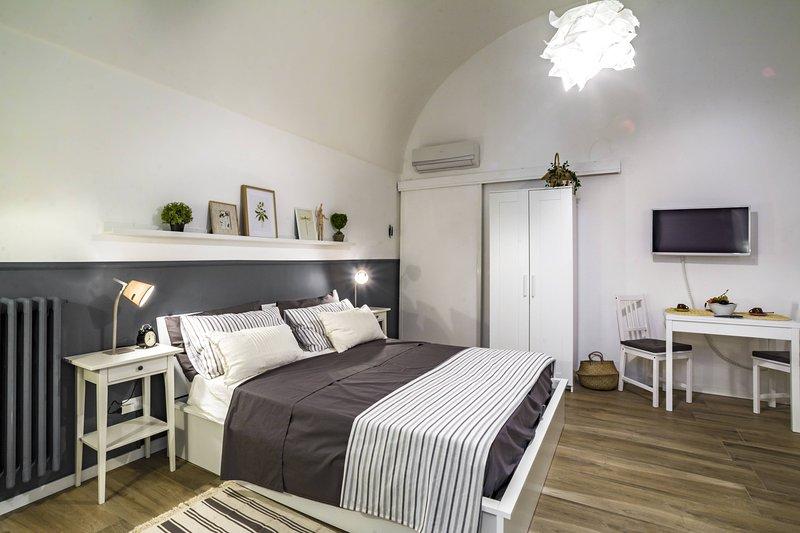 Suite Nunzia, monolocale in pietra ristrutturato, con aria condizionata e wifi, holiday rental in Monopoli