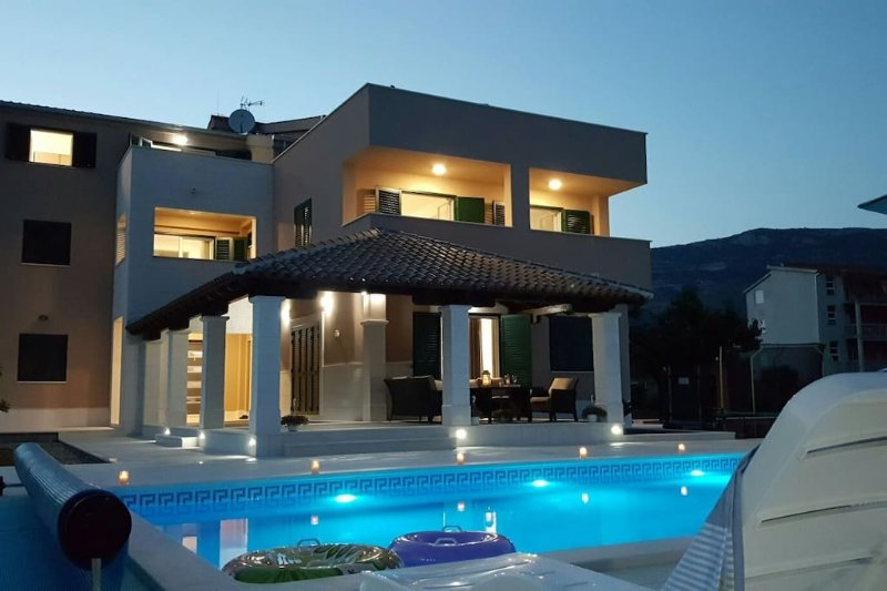 Luxury Apartments Villa Rusula A2, location de vacances à Kastel Novi