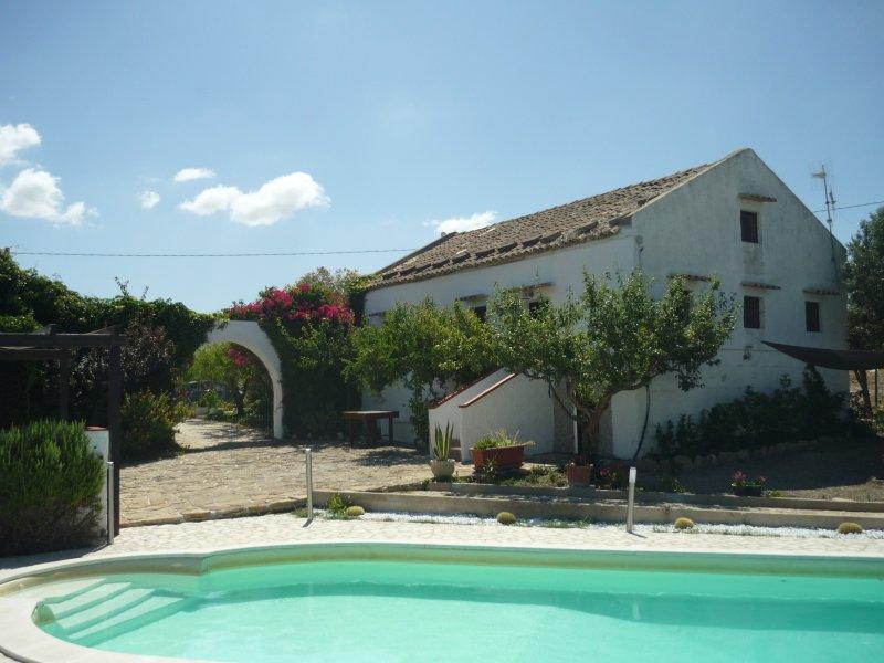 Baglio tipico campagna siciliana con piscina, holiday rental in Vita