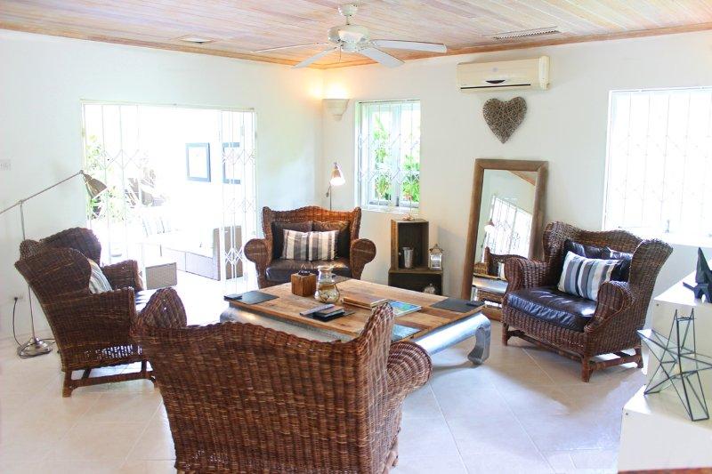 Quarantine approved West Coast Villa with Beach Club access and Tennis Court, alquiler de vacaciones en Barbados
