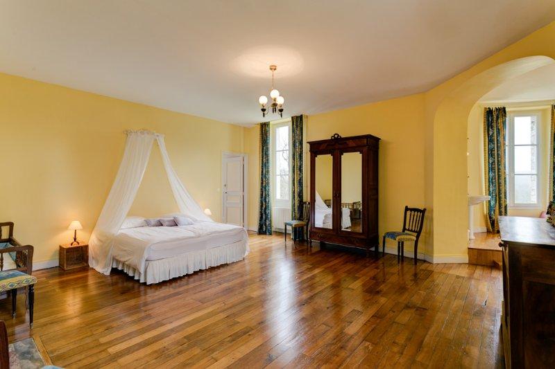 Avant Chateau Sleeps 28 with Pool - 5049819, holiday rental in Saint-Hilaire-sur-Benaize