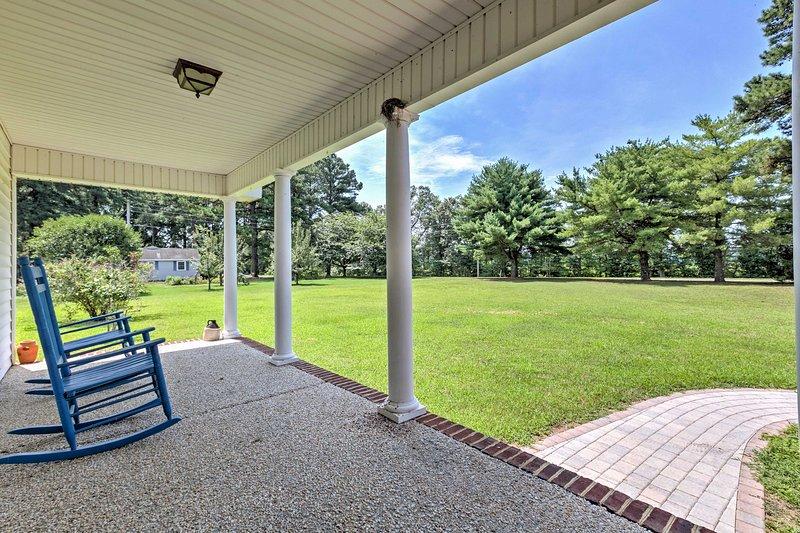 Rock dans les chaises berçantes sur le porche pendant que vous regardez les enfants courir dans la cour.