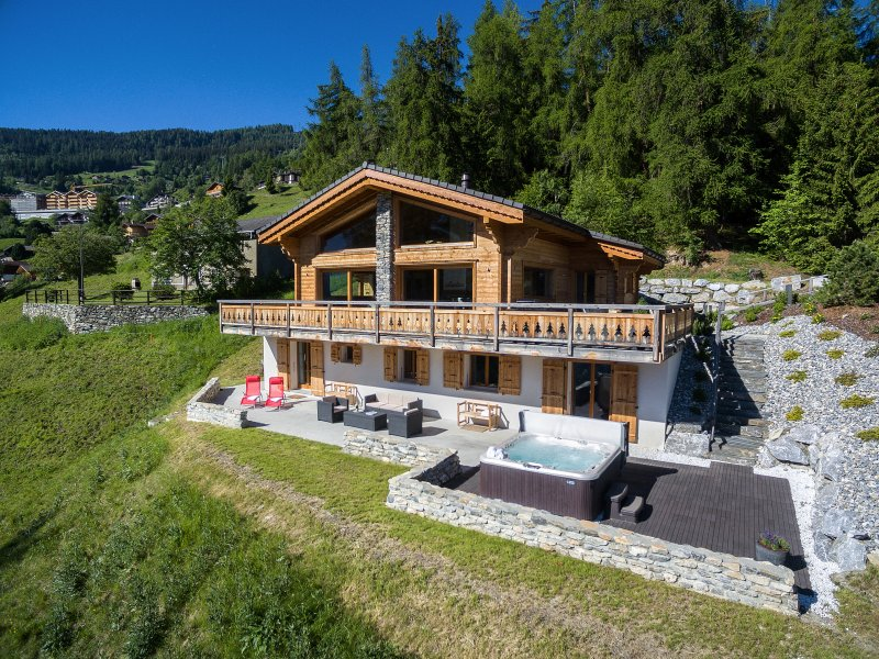 Luxurious Chalet Charbray - La Tzoumaz - with hot tub, vacation rental in Canton of Valais