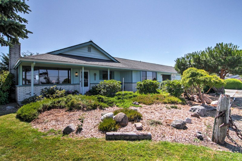 Sequim Condo w/ View, Easy Access to Private Beach, holiday rental in Carlsborg