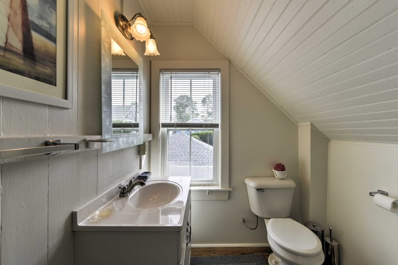 The home features 1 full bathroom for guests to use.