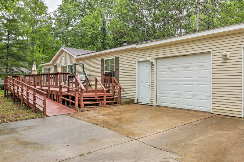 Break out of your usual vacation plans and enjoy this lovely 3-bedroom, 2-bathroom Michigan vacation rental cottage located right next to Avery Lake!