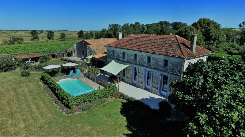 DEMEURE D'ALIENOR LANDHUIS MET CHARME, holiday rental in Saint Thomas de Conac