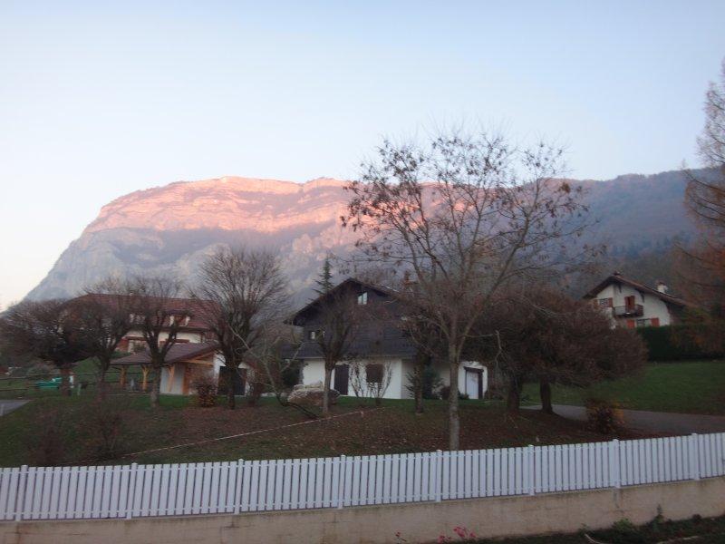 Una vista espectacular de Mont Salève desde el dormitorio