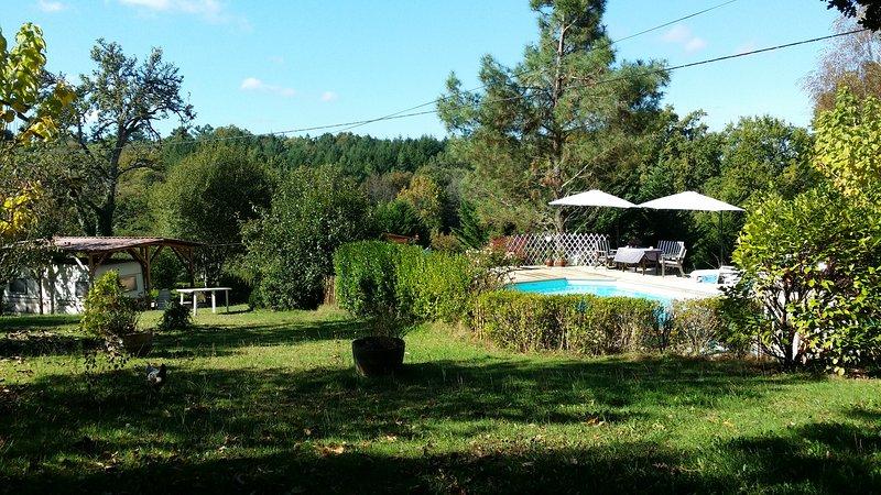 camping pequeño y tranquilo con piscina y lugares amplios.