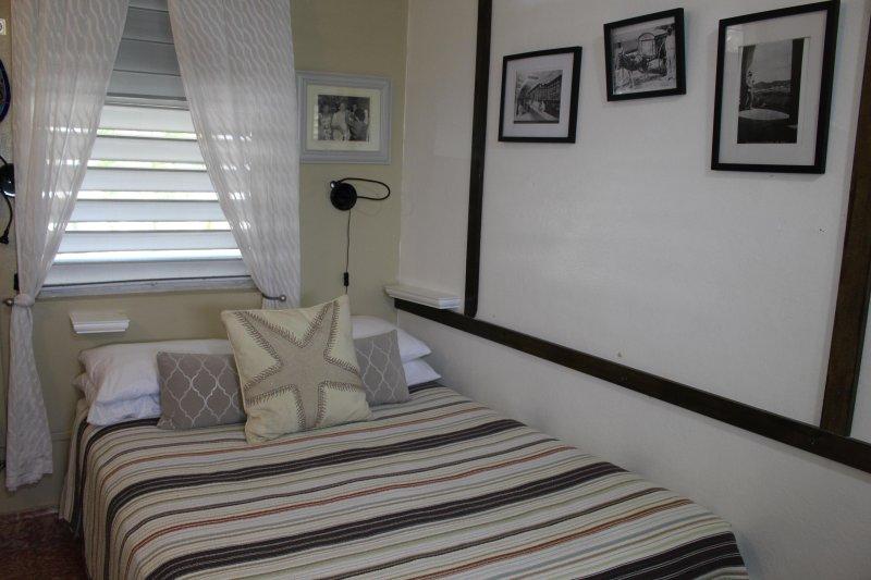 Studio w/ Old World Charm & Modern Amenities, steam shower, jacuzzi, beach, pool, holiday rental in Toa Baja