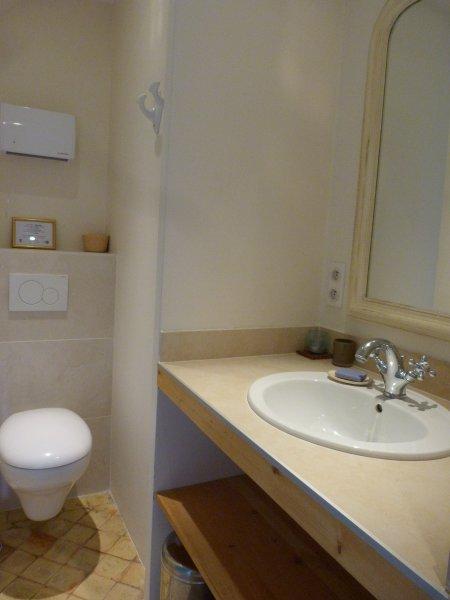 ein eigenes Bad mit WC und Dusche im Zimmer attenate