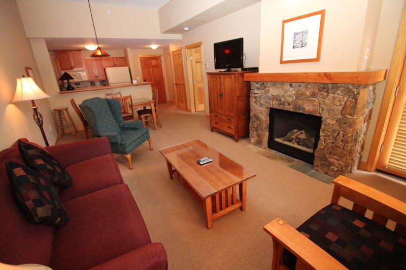 Geräumiges Wohnzimmer mit gewölbten Decken