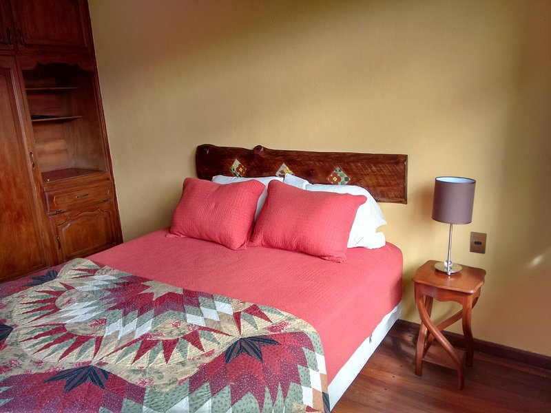 Bright sunny room with Queen bed and wonderful views!