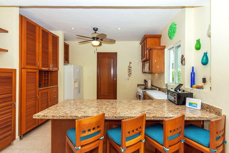 Keuken met eetbar en Attached Laundry Room