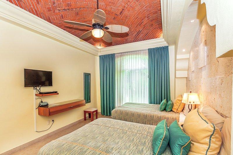 Gast Slaapkamer 2 met kingsize bed, HDTV en een eigen badkamer