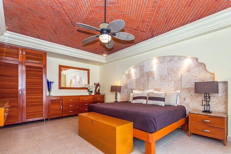 Master Suite met kingsize bed en een eigen badkamer
