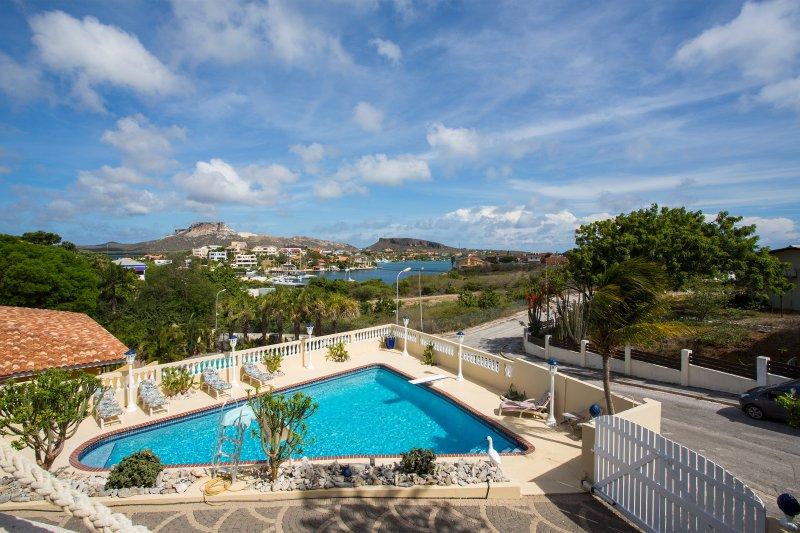 Esta villa cuenta con una vista impresionante con vistas a la laguna de agua español hasta la montaña.