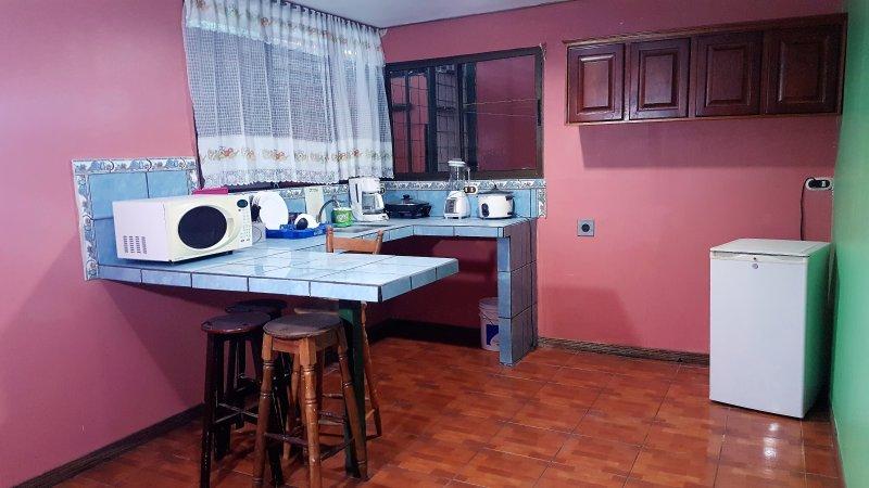 Chambre et cuisine équipée avec coin petit-déjeuner