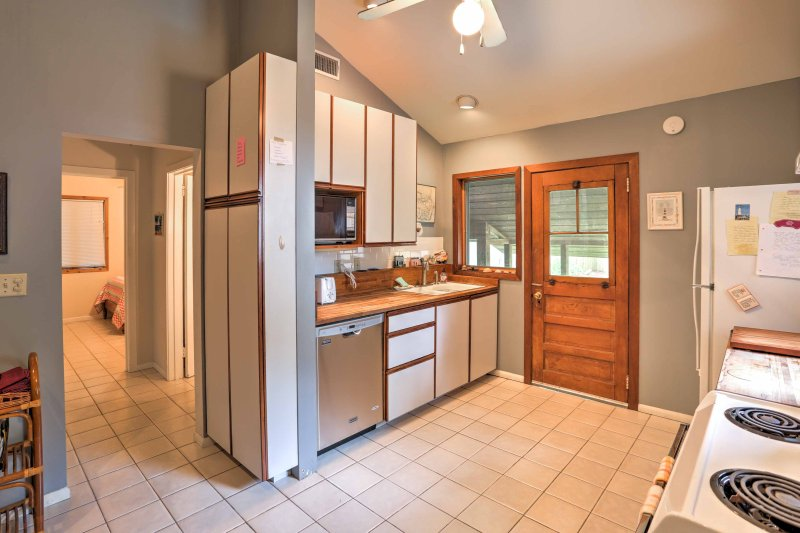 This brilliant fully equipped kitchen has all the necessary cooking appliances.