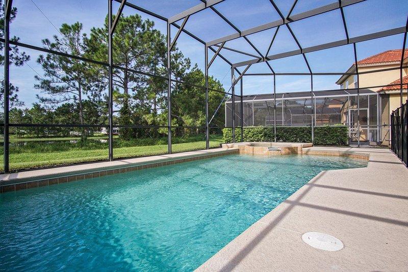 30 pies (opcionalmente climatizada) piscina y spa con vistas a vistas al lago y agua.