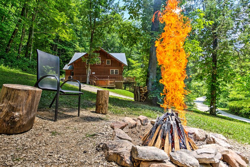 Finish off your day by making a bonfire at the outdoor fire pit with your guests.