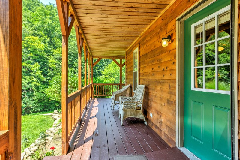 The front deck is great for viewing the wildlife of the forest!