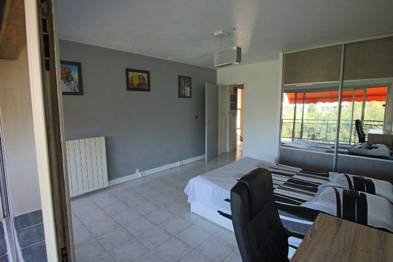 Os quartos, espaçosos e limpo