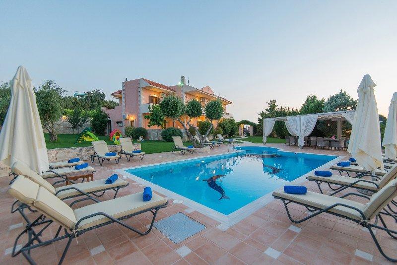 Villa Elaida dispone di una grande piscina privata con vano speciale per bambini!