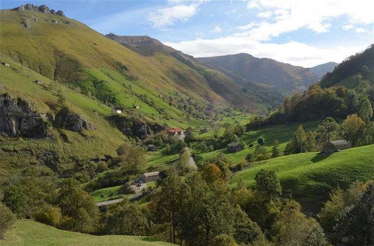 San Roque de Riomiera preciosa cabaña pasiega con vista la valle, casa vacanza a Regules