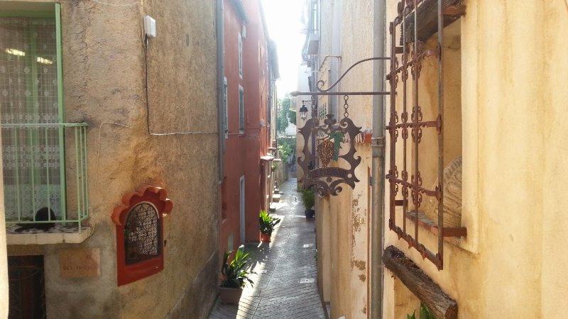 La petite rue devant la maison.