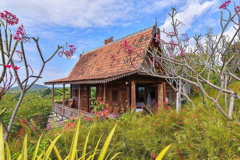 Basuki, wooden romantic house, holiday rental in Melaya