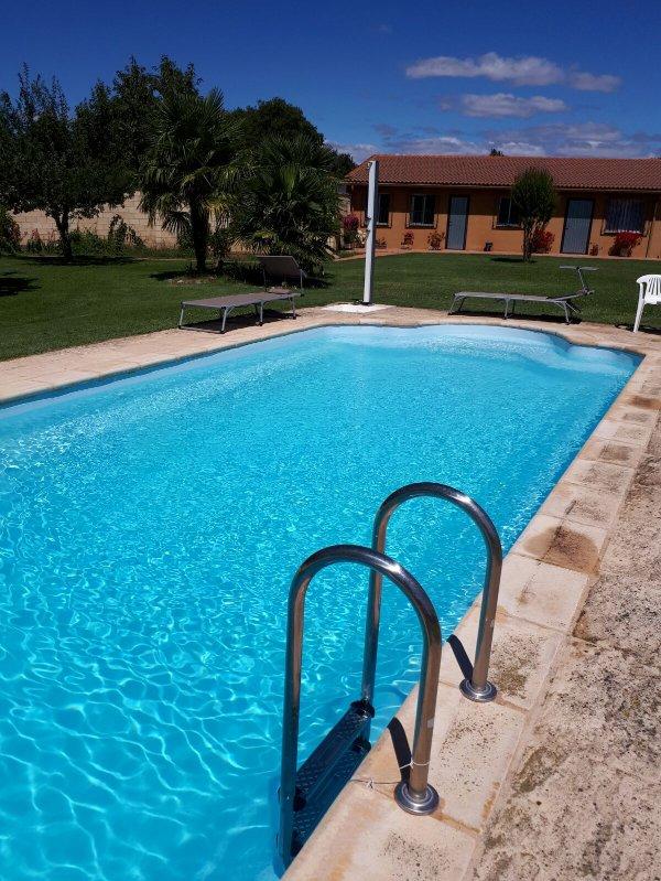 Bonita casa con finca y piscina vega de infanzones for Apartamentos vacacionales con piscina