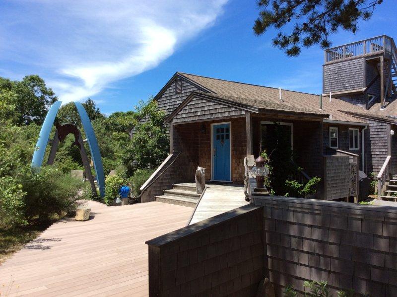 Davanti alla casa ha accesso al patio posteriore attraverso l'arco pontile.