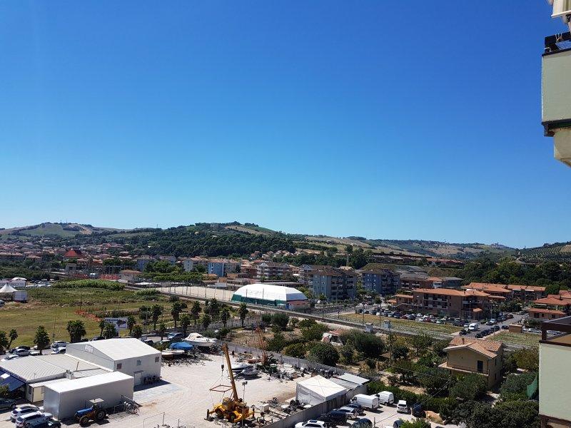 Panorama sul / oeste olhando para as colinas