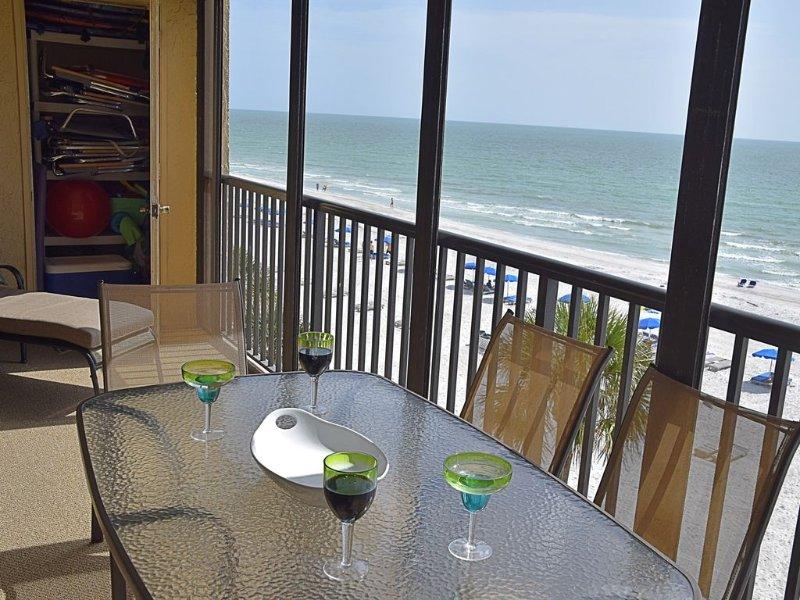 Un montón de asientos en el balcón frente a la playa con el planeador.