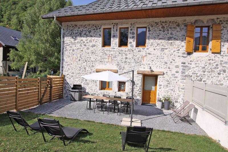 ENTRE LAC ET MONTAGNES - Côté Bauges: Jardin avec transats et barbecue