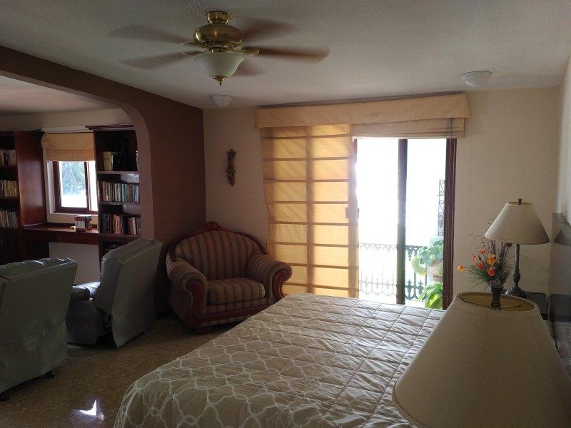 Amplio dormitorio principal, con cama de matrimonio, ropa de cama nueva y bonita vista desde su terraza