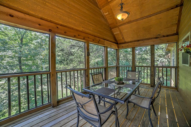 Enjoy a meal on the balcony at this vacation rental cabin in Branson West!