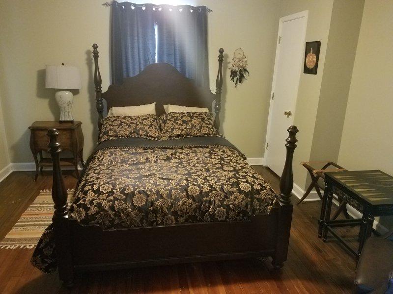La chambre LOLA dispose d'un sol de coeur de pin, des accents de partout dans le monde et un lit Martha Stewart.