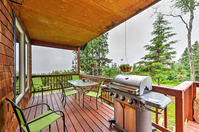 Charming Homer Apt w/ Panoramic Kachemak Bay Views, holiday rental in Fritz Creek