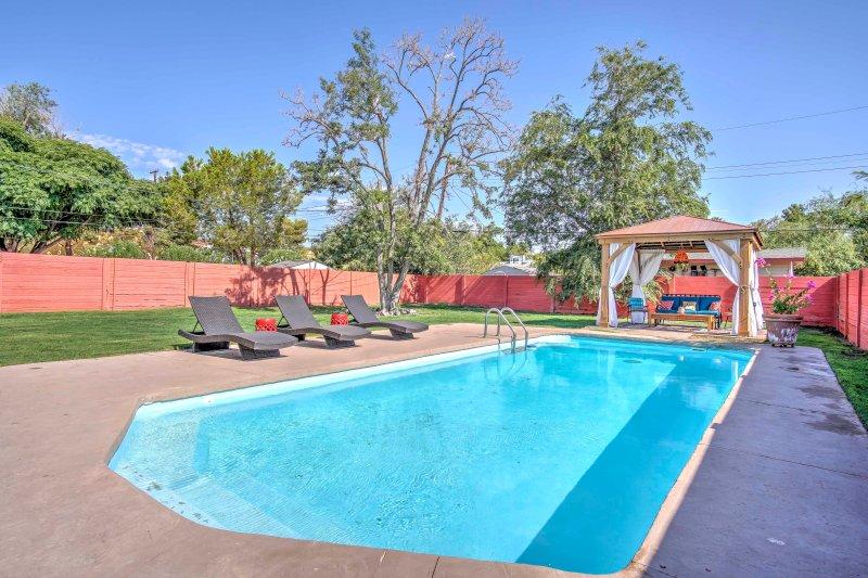 Vintage Las Vegas House w/ Pool - Near The Strip!, alquiler de vacaciones en Las Vegas