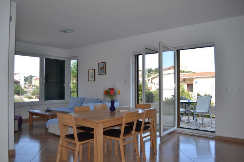 Croatia/Trogir Lux 3 bedroom apartment  -beach 80m, vacation rental in Okrug Gornji