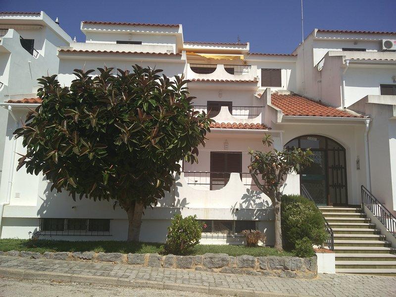 Façade du bâtiment Notre balcon entre l'arbre et les escaliers à l'entrée
