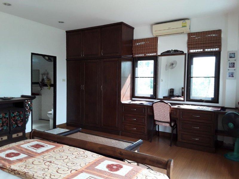 Master-Schlafzimmer - Einbauschränke, Schubladen und Make-Up-Tabelle - was zu 'en-suite'