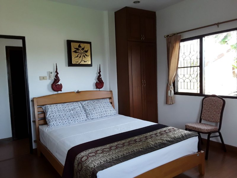 2. Schlafzimmer - Klimaanlage - mit Einbauschrank und Frisiertisch.