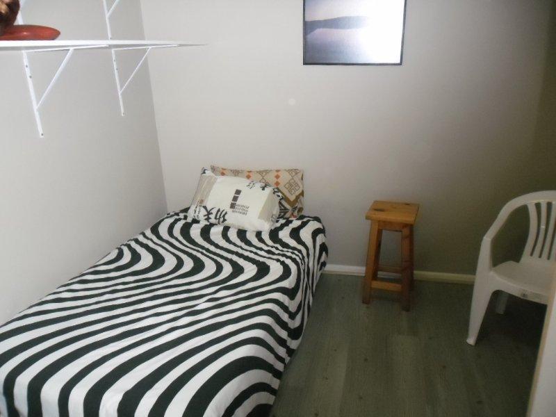 3/4 cama, prateleiras, pequeno armário, mesa