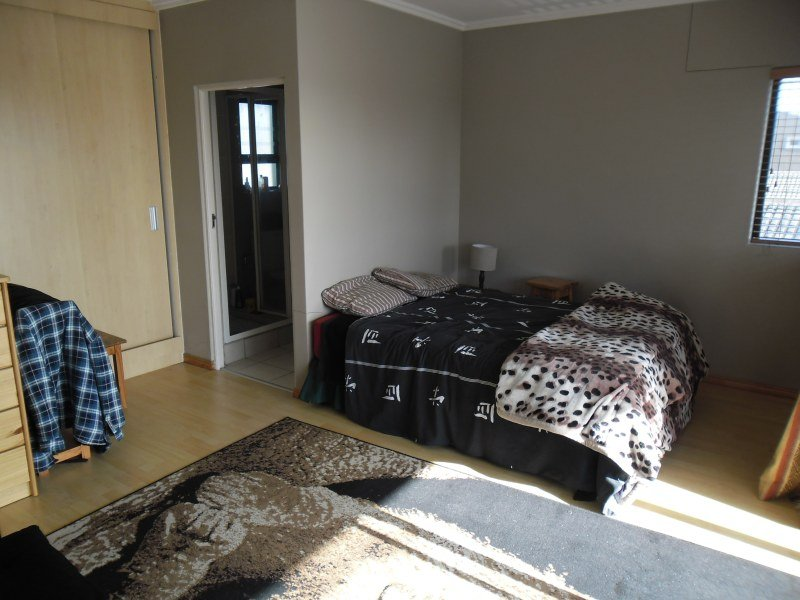 Scenic Double En Suite flow to Balcony at Navine's Homestay, holiday rental in Ottery